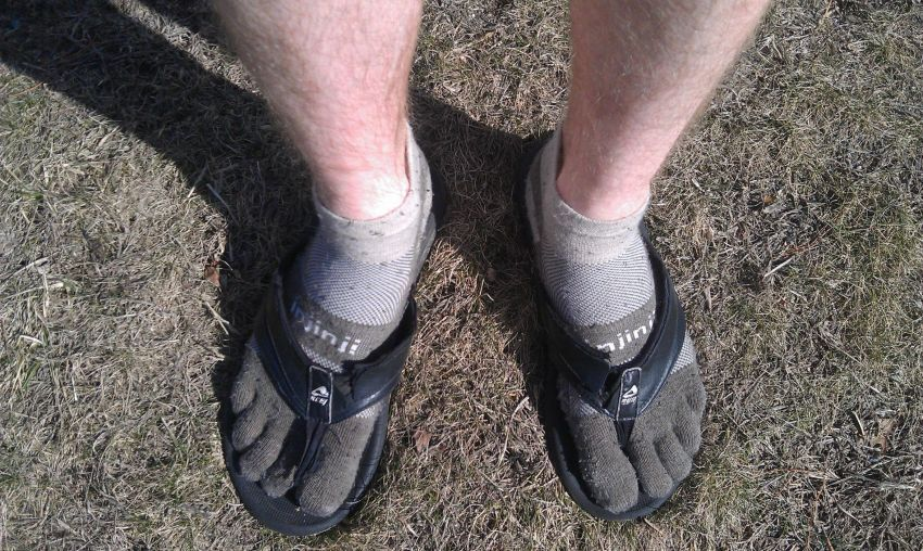 Kaos Kaki dan Sandal