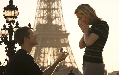 Lamar kekasihmu di depan menara Eiffel