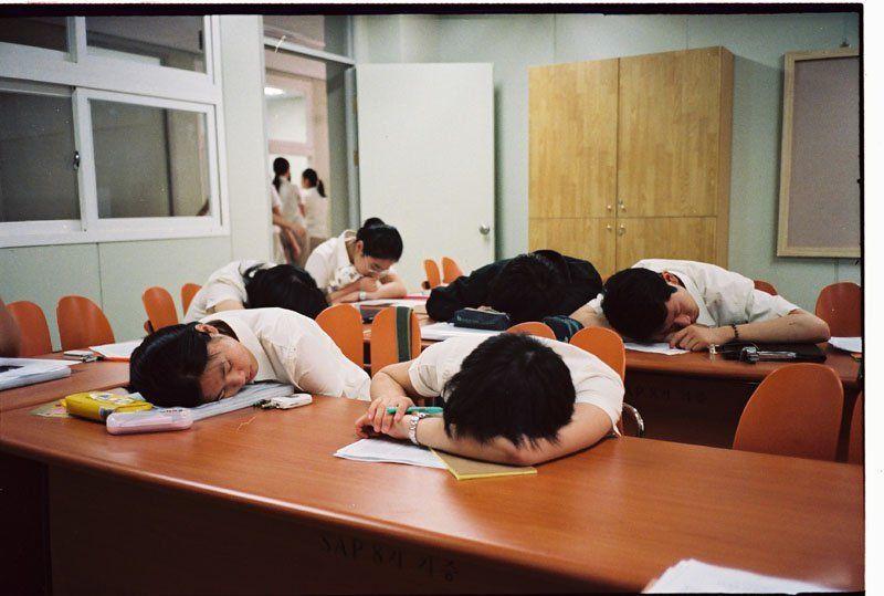 Tidur di kelas nggak akan membuat dosenmu terkesan