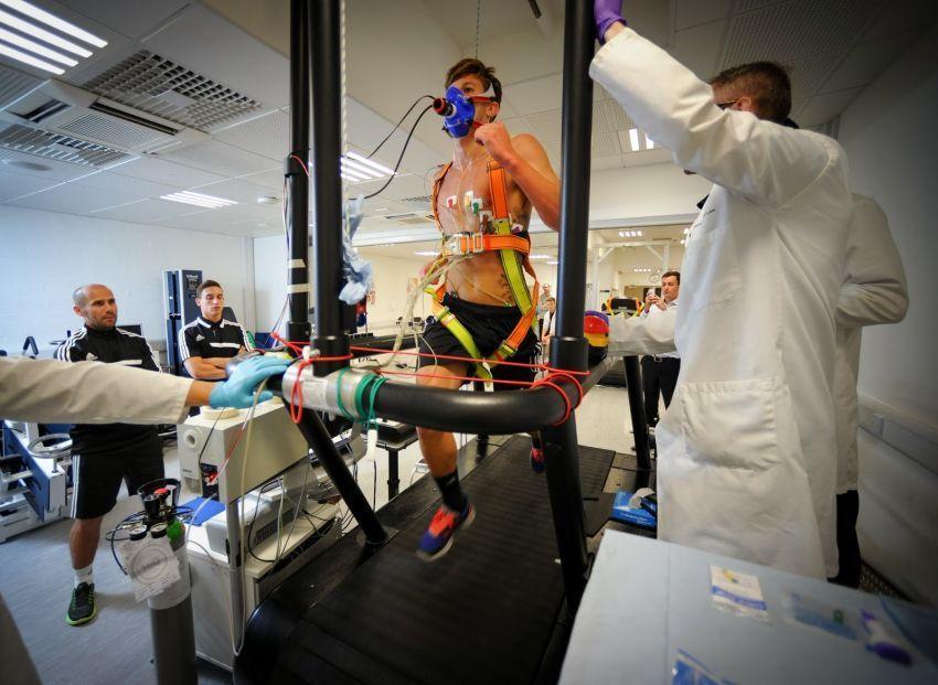 Sport scientist sedang bekerja