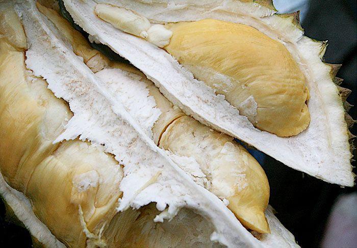 Makan durian biar gak kesel.