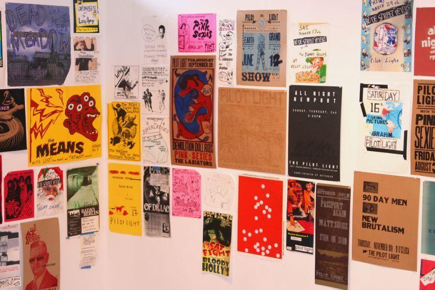 Rias dinding dengan poster keren gini