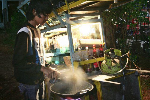 Atraksi masak tukang nasi goreng keliling