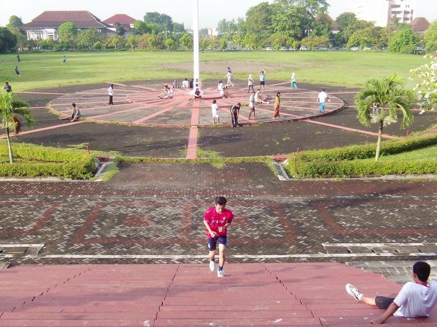Nikmati olahraga sore di area kampus