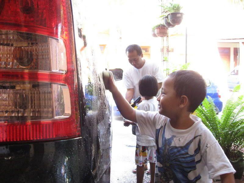 Bantu ayah cuci mobil