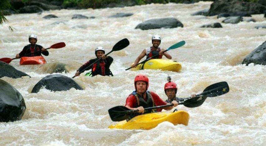 Kayaking menaklukkan jeram