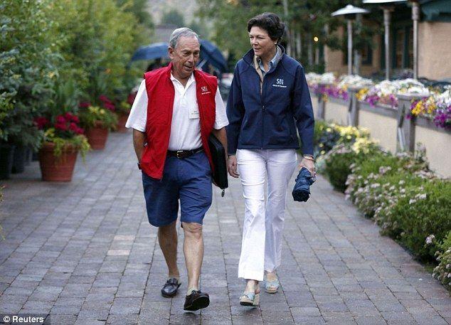 Michael Bloomberg engan sepatu andalannya
