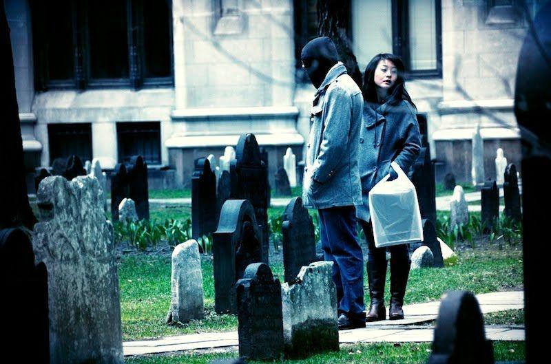 Pasangan di kuburan