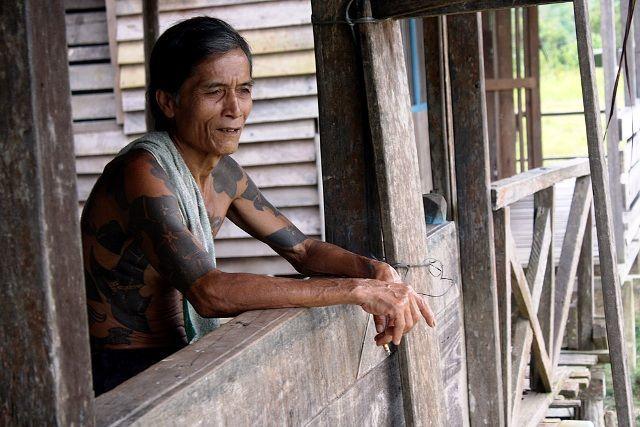 Suku Dayak asli dengan tatonya