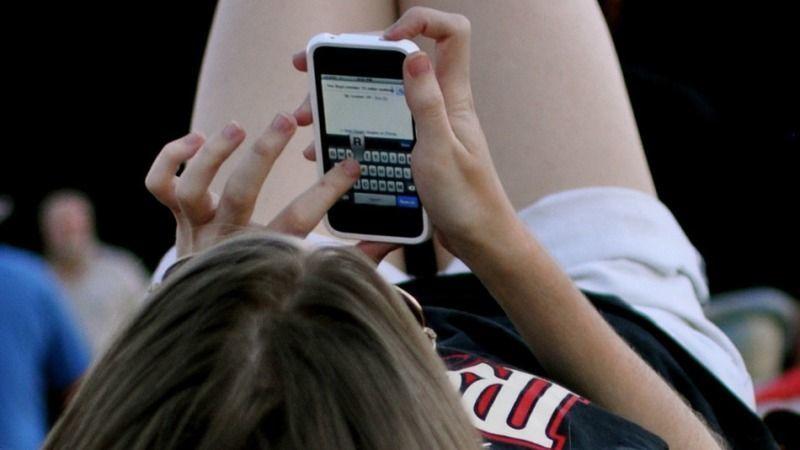 kenapa dia tiap hari sms kamu?