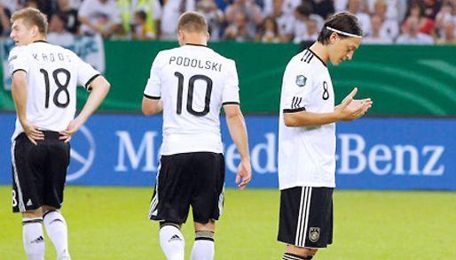 Mesut Ozil, selalu mengucapkan doa setiap dia bertanding dan ia adalah seorang muslim yang taat