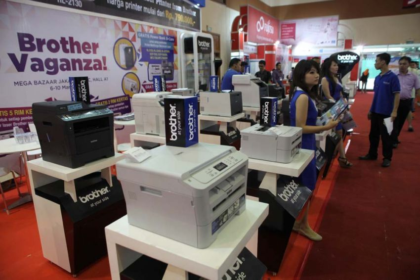 Misalnya, jadi SPG di pameran komputer