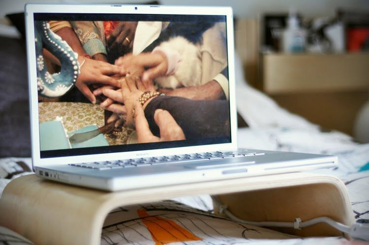 Nonton film via laptop