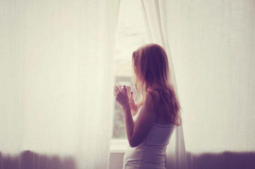 Memandang sendu ke jendela