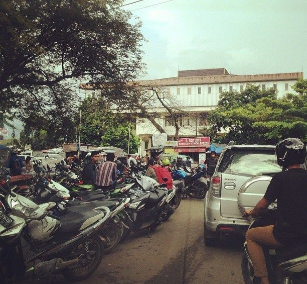 Parkir ilegal yang mengganggu kelancaran lalu lintas