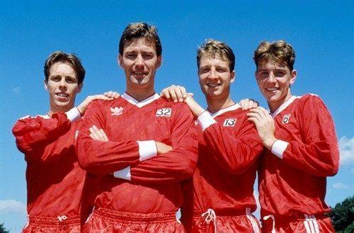 Bryan Robson mengawal Fergie's Fledgling Breadsmore, Martin, dan Sharpe