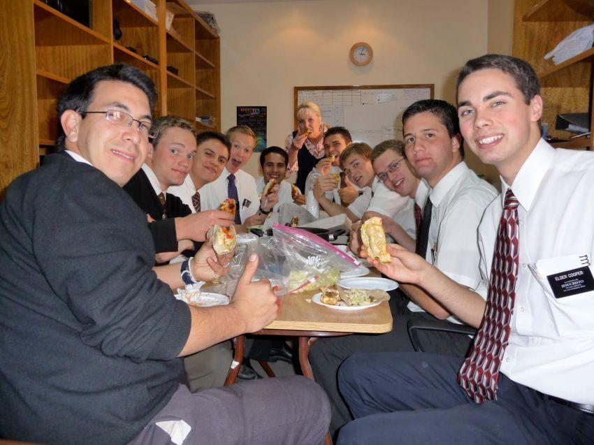 makan siang jadi waktu buat mengenal rekan kerja
