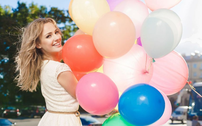 happy-girl-holding-colorful-balloons-girl-hd-wallpaper-1920x1200-8588