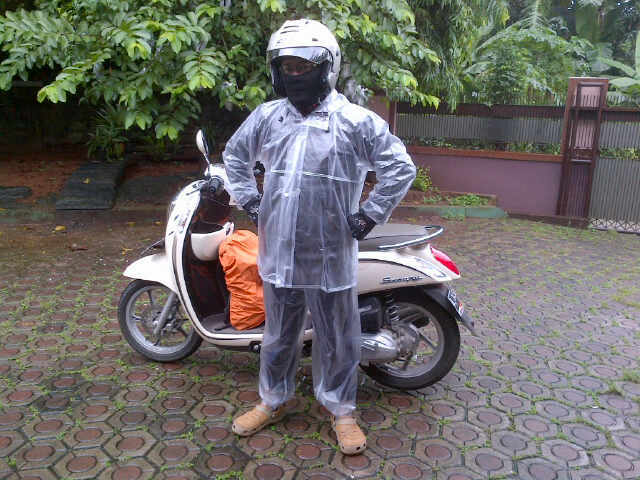 Gunakan jas hujan 2 bagian
