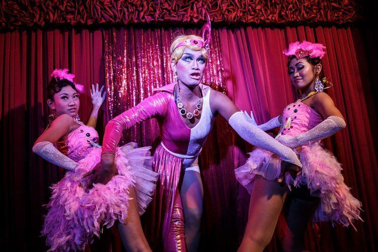 Pertunjukan kabaret di Bali Joe