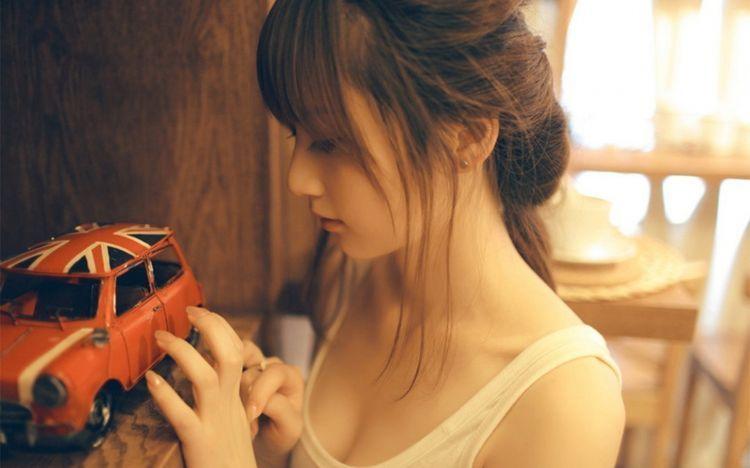 asian-girl-toy-car-uk-flag-mood-hd-wallpaper (1)