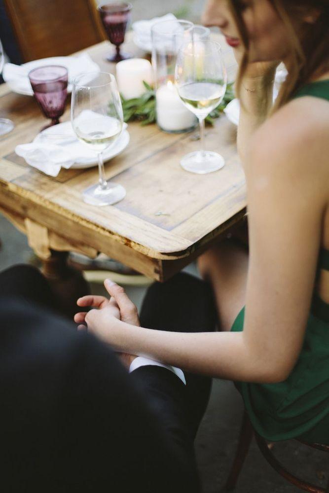 Pegangan tangan di bawah meja bisa dicoba kali ya