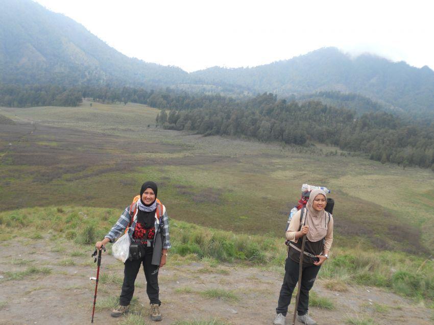 Gunakan trekking pole untuk membantu keseimbangan