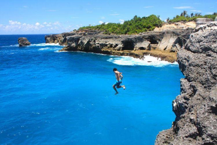 Cliff jumping di Nusa Ceningan