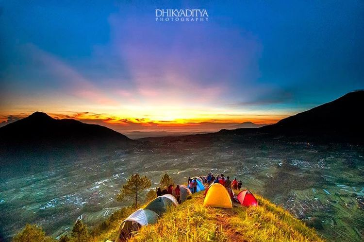Golden Sunrise di Puncak Andong