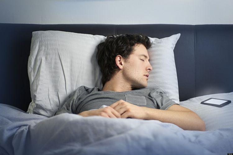 Tidur bareng smartphone itu gak perlu