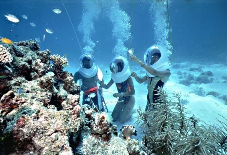 Seawalking di dasar laut.