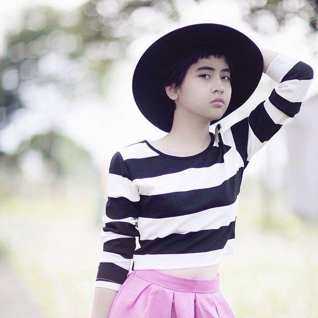 Dengan cropped top dan full skirt, Evita Nuh tahu apa yang pas untuk remaja usia 15 tahun.