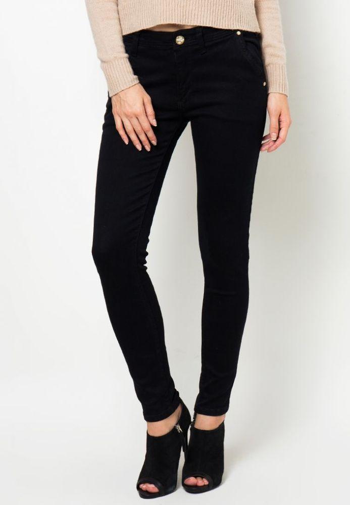 Celana jeans warna gelap yang mudah dipadu-padankan