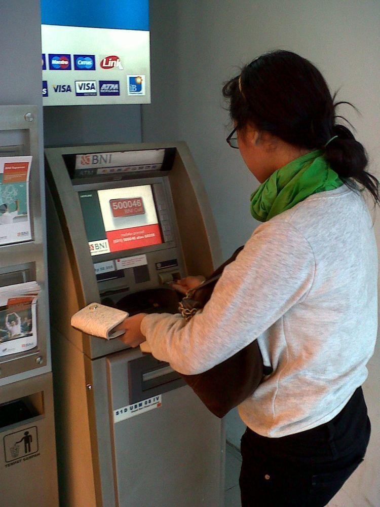 Ambil uang di ATM secara mingguan