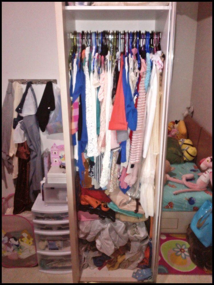Kalau di rumah kamu harus puas cuma pilih baju dari lemari