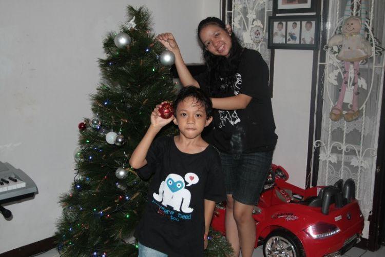 Heboh menghias pohon natal bareng keluarga