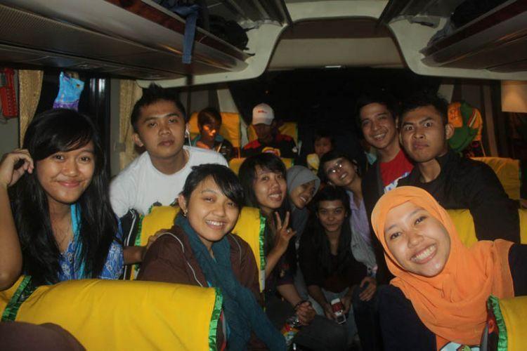 Naik bus menuju Desa Sumur.