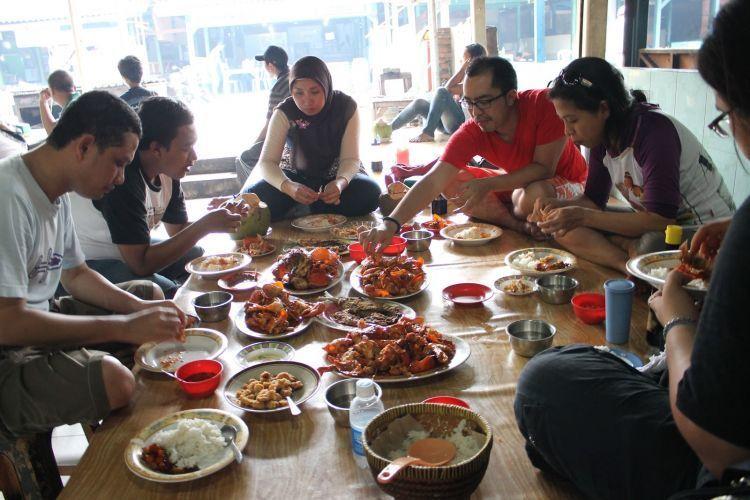 Asyiknya makan seafood di Muara Angke