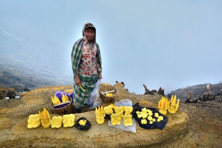 Penjual souvenir dari belerang