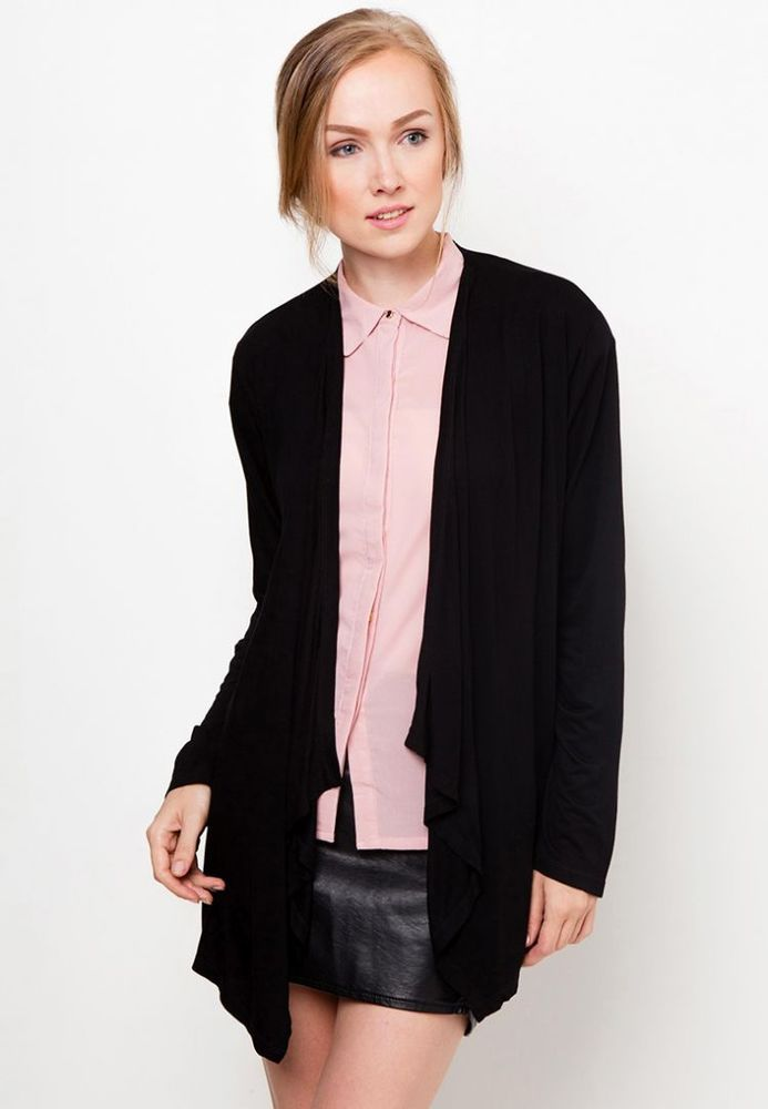 Kardigan hitam polos cocok dipadu-padankan dengan berbagai pakaian lain