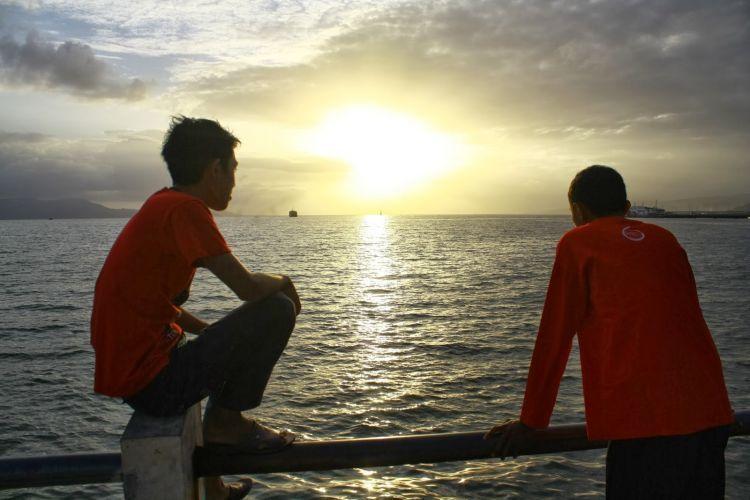 Cerita dengan teman (tapi nggak harus di tepi laut juga sih)
