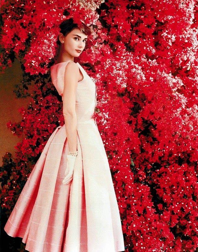 Audrey Hepburn dengan dress selutut warna pastel