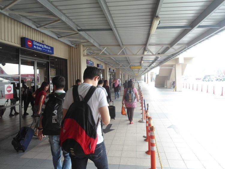 Jangan malas untuk membandingkan harga antar stasiun atau bandara