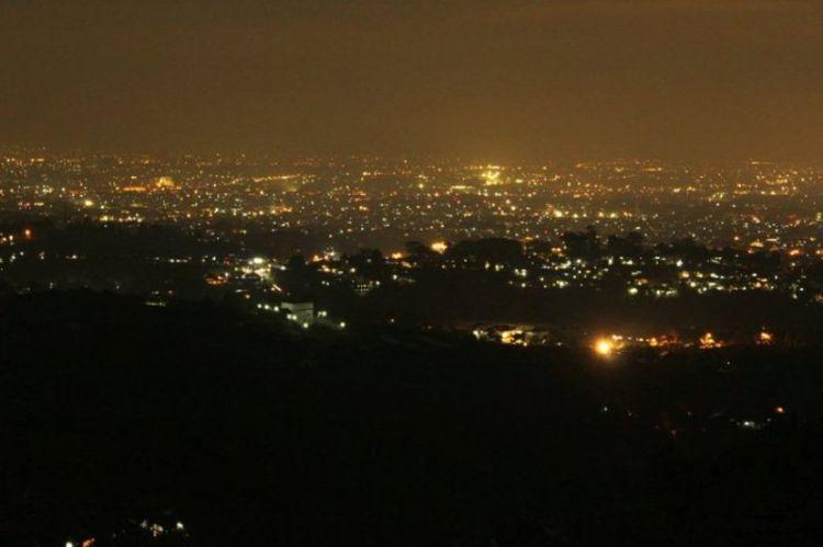 Makan nasi timbel dengan memandang city light kota Bandung