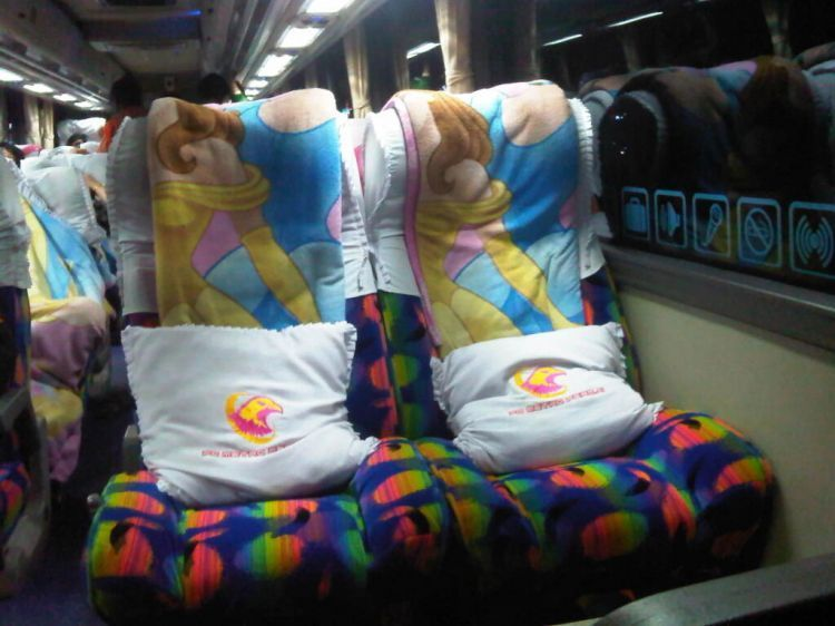 Bagian dalam bus yang luas membuat perjalanan nyaman