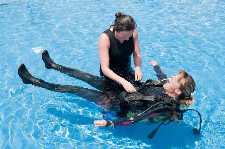 Bagi yang hobi menyelam, cobalah jadi dive master