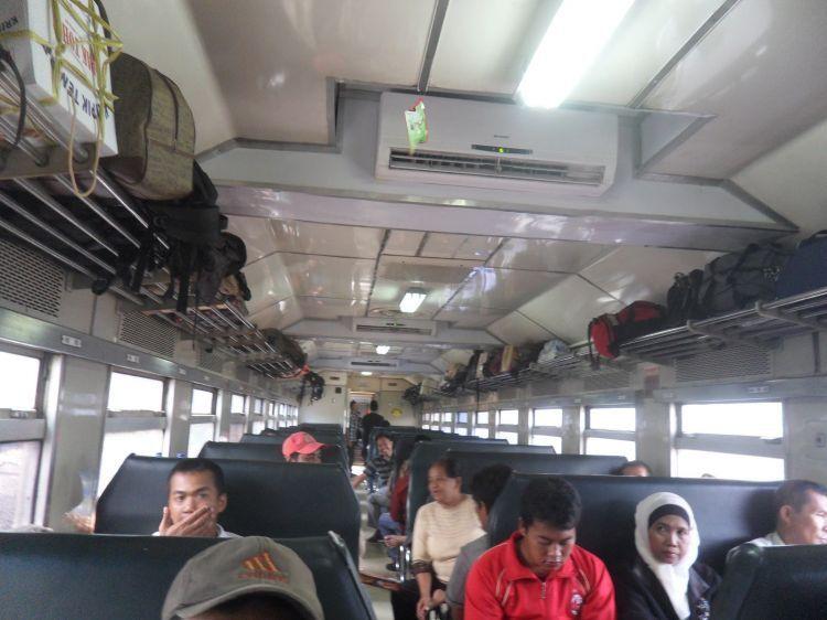 Kereta api adalah alternatif kedua setelah bus