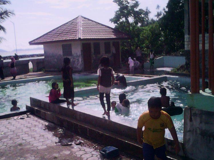 Merelaksasi tubuh di kolam air hangat