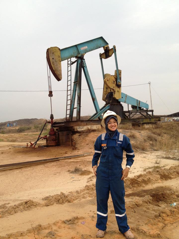 Perempuan juga bisa kerja lapangan dan jadi wireline field engineer. Kamu hebat!