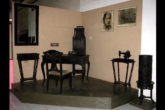 Furnitur asli yang digunakan Kartini untuk menulis surat-suratnya
